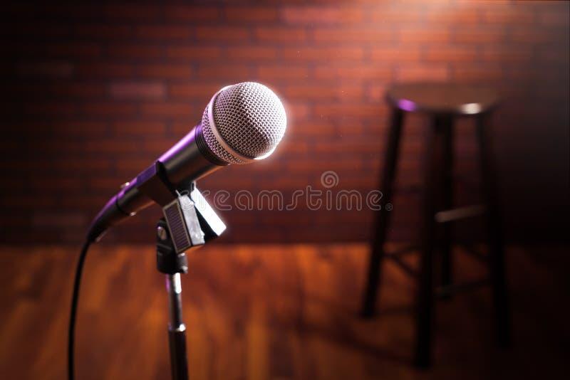 Microphone sur une étape photos libres de droits