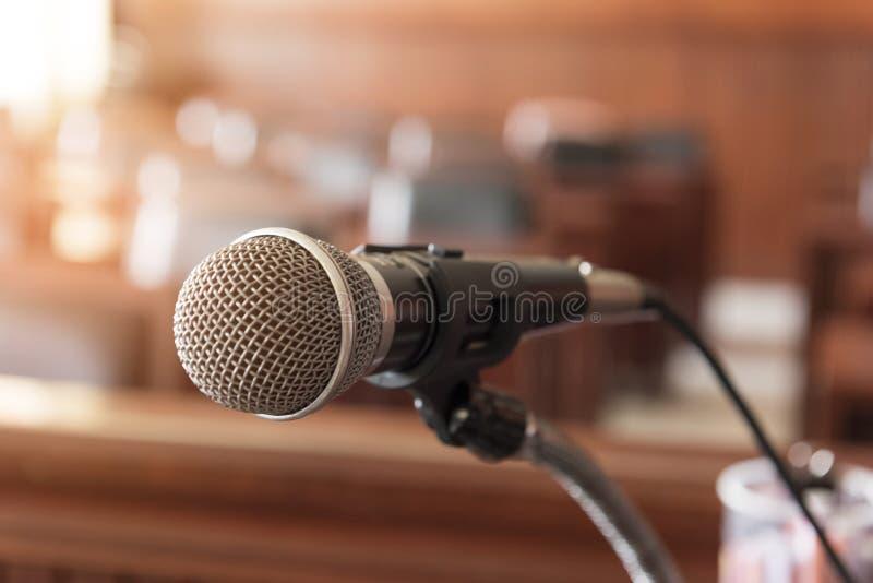 microphone, Tableau et chaise dans la salle d'audience photo stock