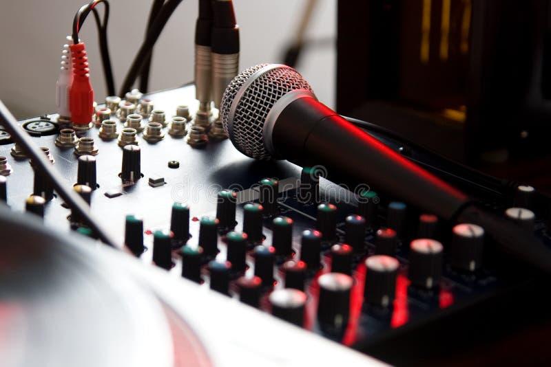 Microphone vocal sur le mélangeur sain image libre de droits