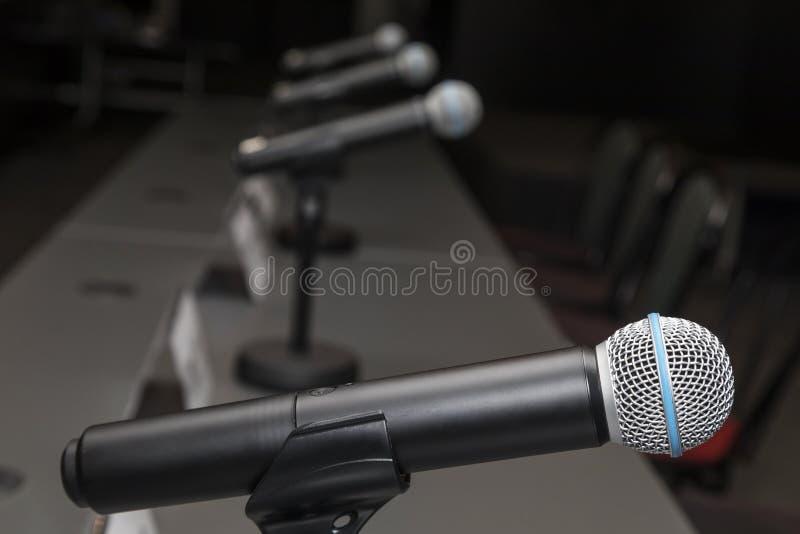 Microphones dans la pièce de conférence de presse photo stock