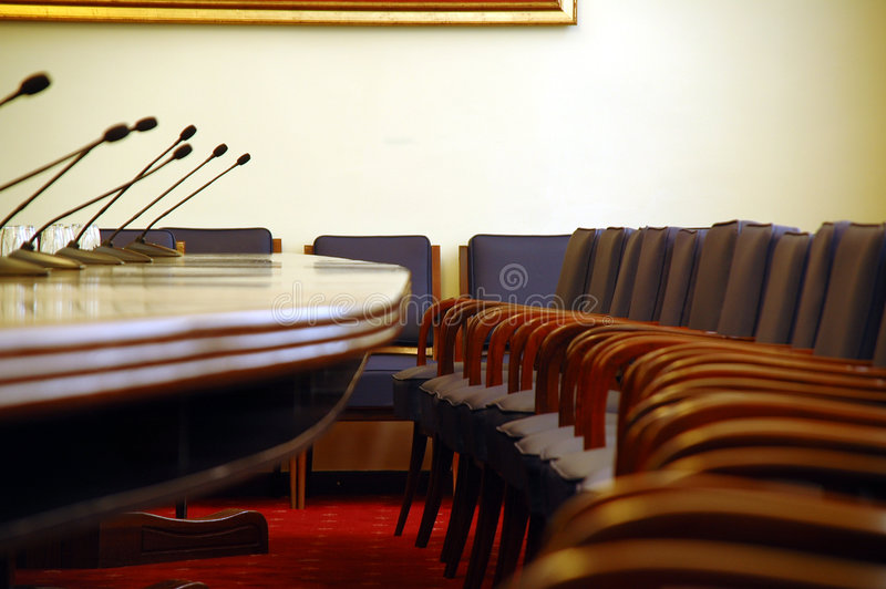 Microphones dans la salle de conférences vide photographie stock libre de droits