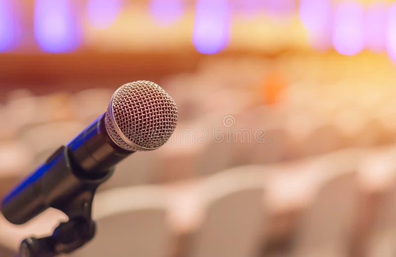 microphones dans le lieu de réunion avant une conférence images stock