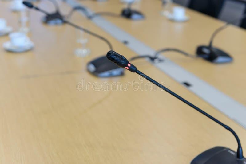 Microphones de conférence de foyer sélectif sur la table dans le lieu de réunion image libre de droits
