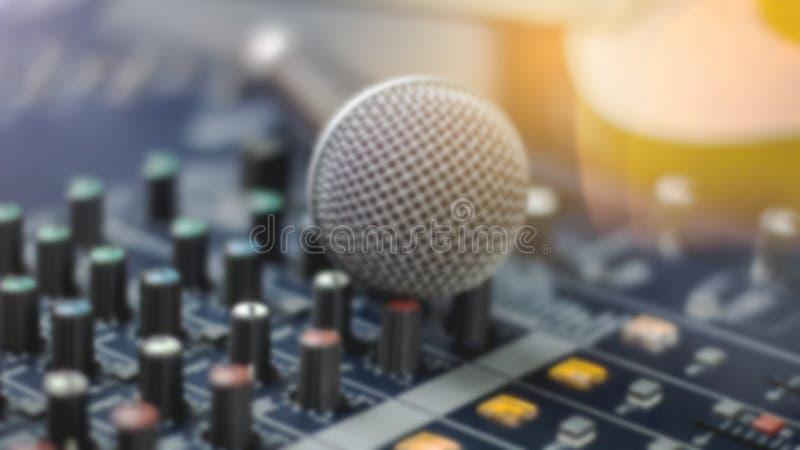 Microphones et appareil d'enregistrement dans le studio image libre de droits
