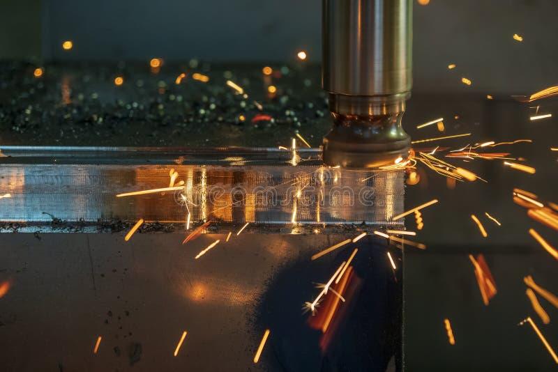 A microplaqueta ardente do processo de corte áspero na máquina de trituração do CNC foto de stock