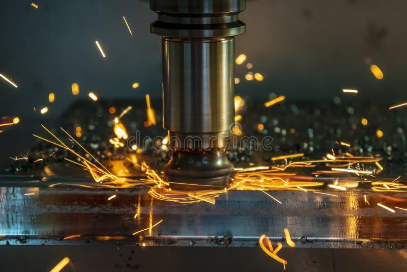 A microplaqueta de aquecimento no centro fazendo ? m?quina do CNC do desgaste da ferramenta imagem de stock