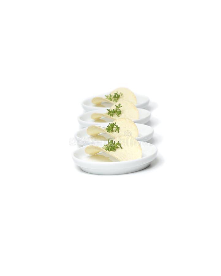 Download Microplaqueta De Batata Com Ervas Foto de Stock - Imagem de folha, aperitivo: 12808874