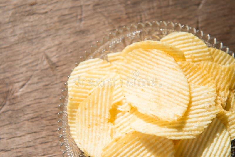 Microplaqueta de batata a maioria de petisco popular foto de stock