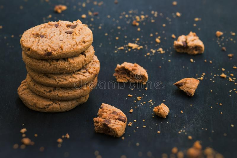 Microplaqueta de chocolate Cookiese do Oatmeal Cookies no fundo de madeira imagem de stock