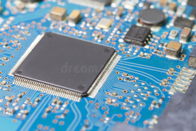 Microplaqueta de circuito eletrônico velha na placa do PWB imagem de stock royalty free
