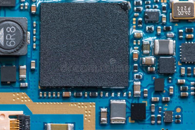 microplaqueta de circuito eletrônico na placa do PWB foto de stock