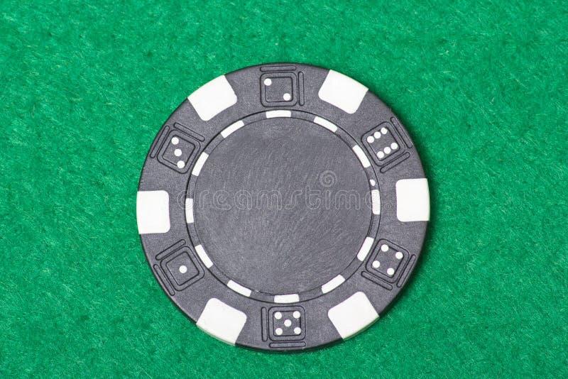 Microplaqueta de pôquer preta na tabela do casino imagem de stock