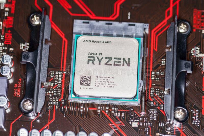 Microplaqueta de processador de AMD Ryzen em um mainboard positivo da prima 350 de Asus fotos de stock royalty free
