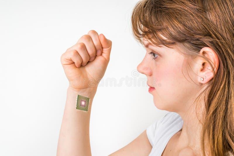 Microplaqueta de processador dentro da mão humana - conceito da cibernética imagem de stock