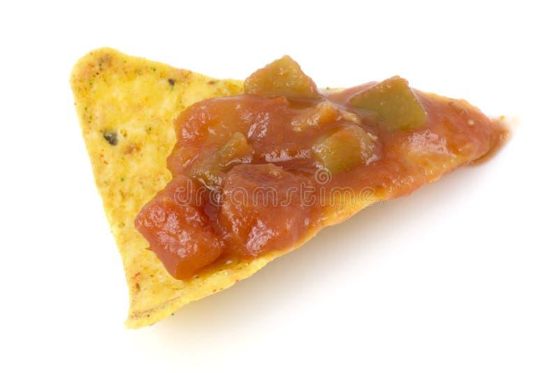 Microplaqueta do Nacho com molho da salsa fotos de stock royalty free