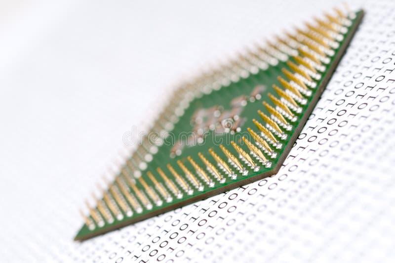 Microplaqueta do processador central do computador no código binário fotografia de stock