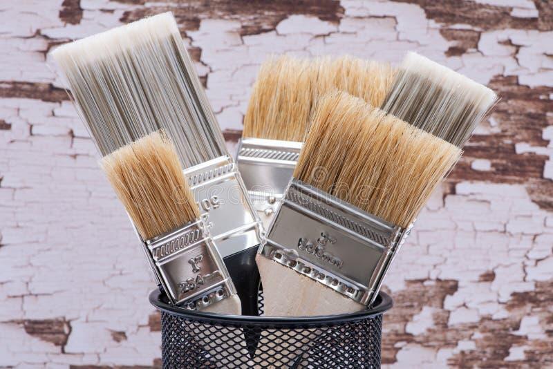 A microplaqueta e o plano lisos cortaram escovas de pintura de servi?o p?blico na madeira imagem de stock