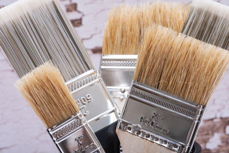 A microplaqueta e o plano lisos cortaram escovas de pintura de servi?o p?blico na madeira imagem de stock royalty free