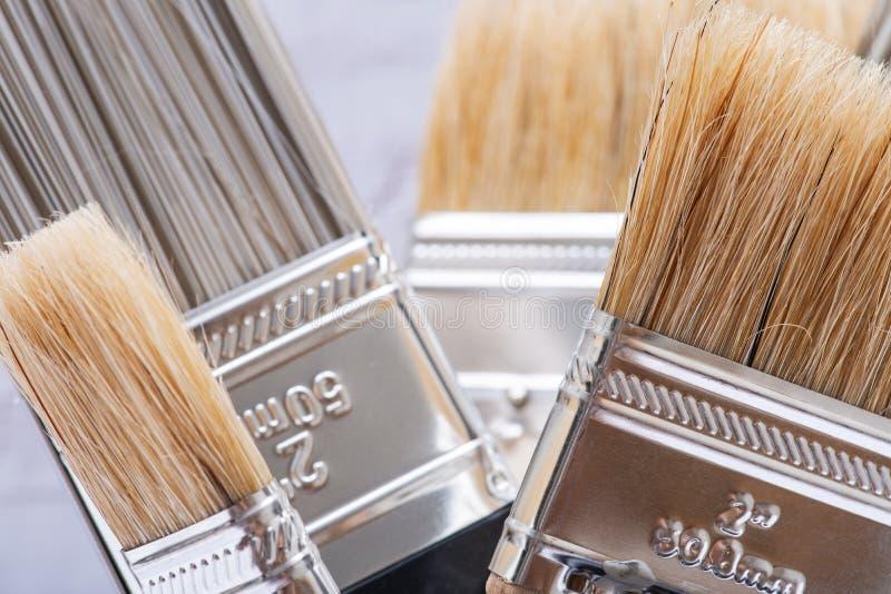 A microplaqueta e o plano lisos cortaram escovas de pintura de servi?o p?blico na madeira fotografia de stock royalty free