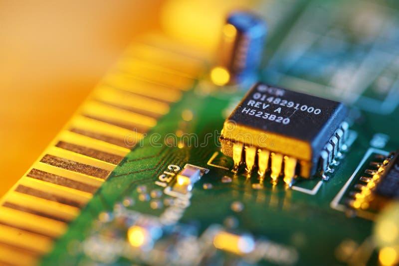 Microplaqueta eletrônica na placa de circuito fotografia de stock royalty free