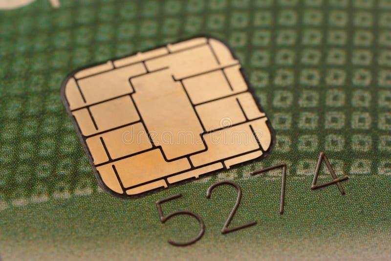 Microplaqueta em um cartão de crédito imagens de stock royalty free