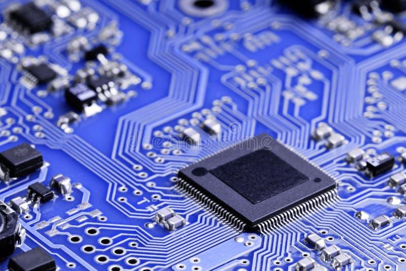 Microplaqueta em uma placa eletrônica fotos de stock