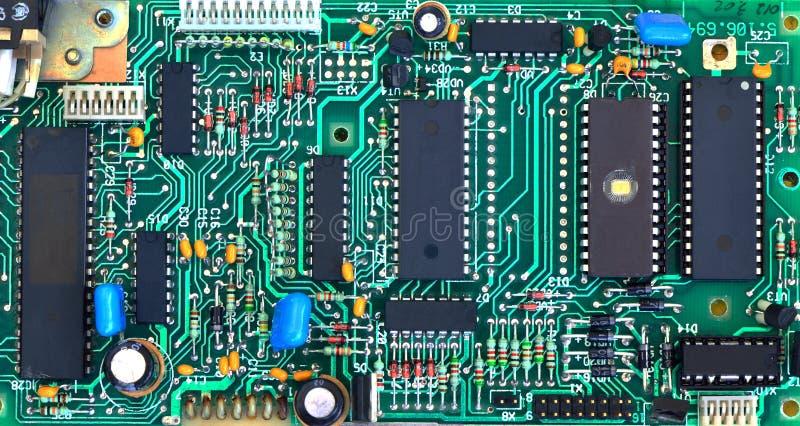 A microplaqueta na placa de circuito foto de stock