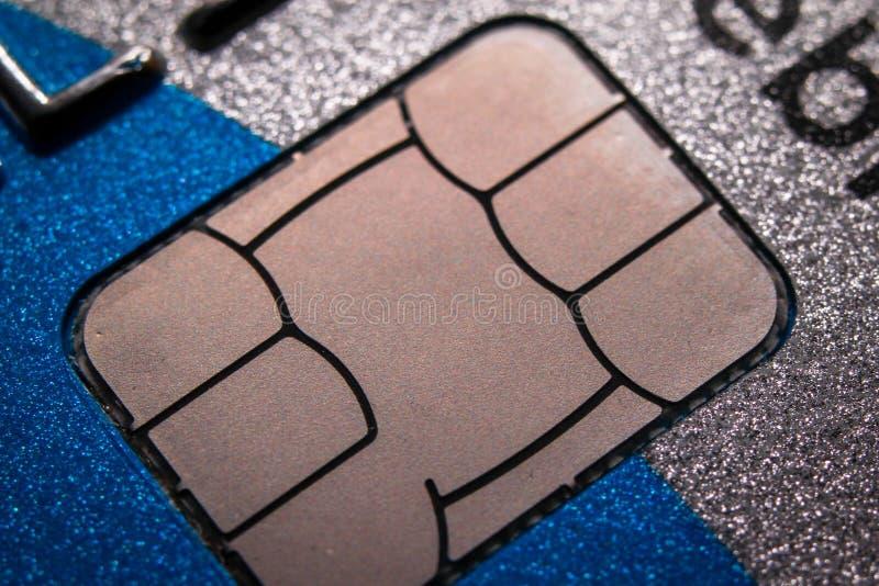 Microplaqueta no cartão de crédito imagens de stock