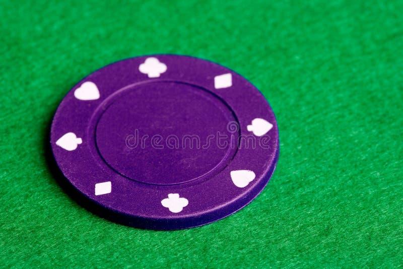 Microplaqueta roxa do póquer fotografia de stock royalty free