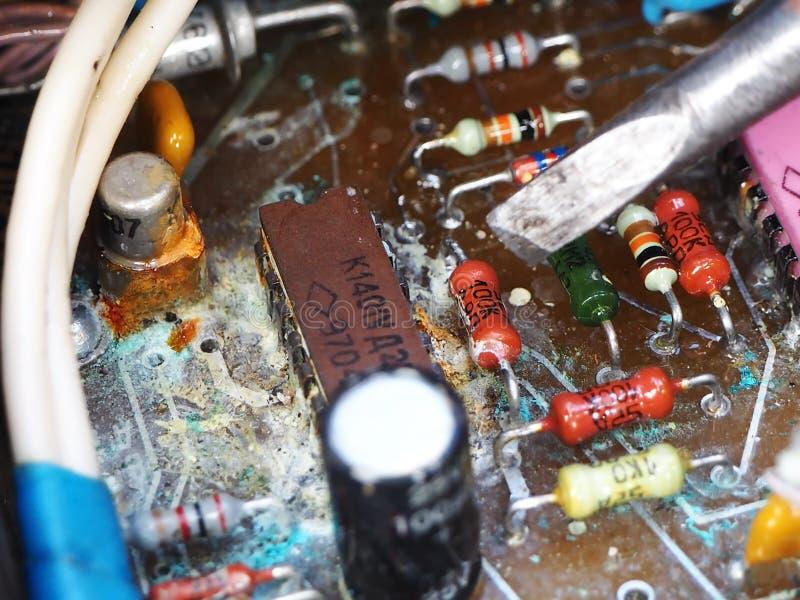 A microplaqueta velha no óxido oxidado fotos de stock