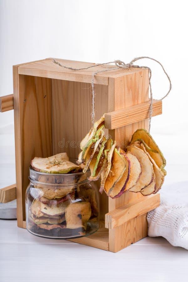 Microplaquetas caseiros da maçã fotografia de stock