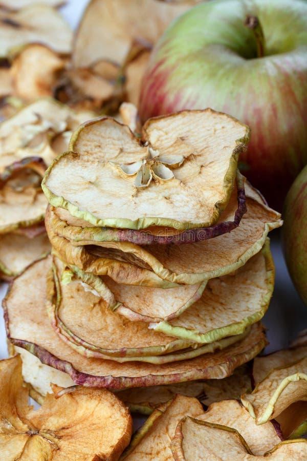Microplaquetas caseiros da maçã fotos de stock