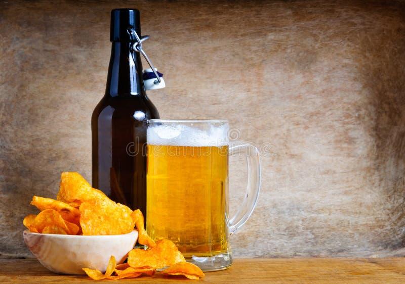 Microplaquetas da cerveja e de batata fotografia de stock