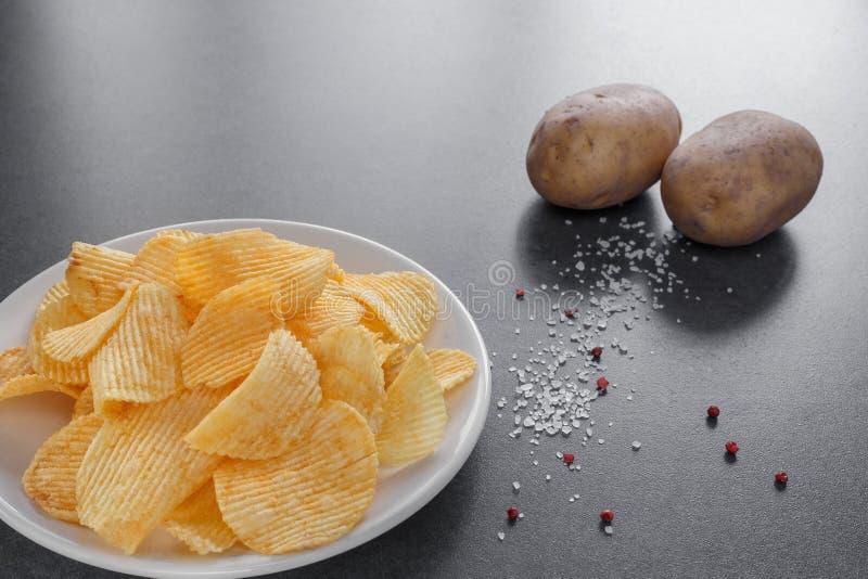 Microplaquetas de batata em uma placa imagem de stock royalty free