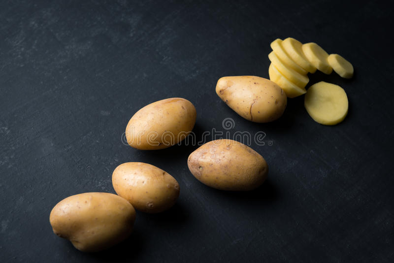 Microplaquetas de batata frescas foto de stock royalty free