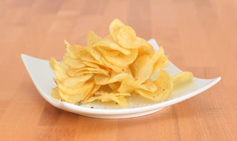 Microplaquetas de batata fritadas com sal e pimenta fotografia de stock royalty free