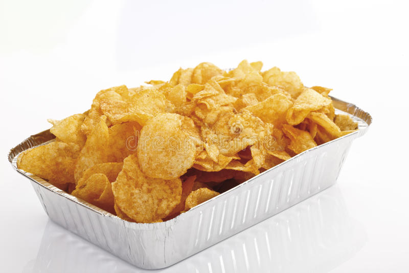 Microplaquetas de batata no prato descartável fotografia de stock