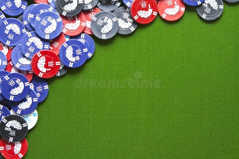 Microplaquetas de jogo no feltro do verde fotografia de stock