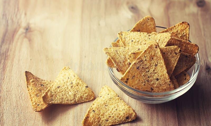 Microplaquetas de milho no frasco Petisco tradicional para nachos do mexicano da cerveja fotos de stock