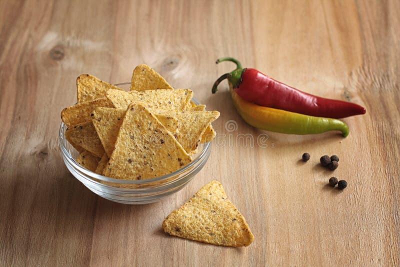 Microplaquetas de milho no frasco Petisco tradicional para nachos do mexicano da cerveja foto de stock