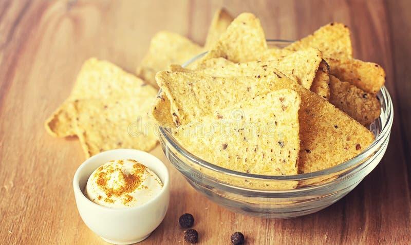 Microplaquetas de milho no frasco Petisco tradicional para nachos do mexicano da cerveja fotografia de stock