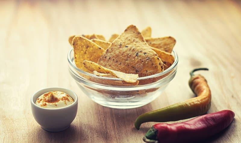 Microplaquetas de milho no frasco Petisco tradicional para nachos do mexicano da cerveja imagens de stock royalty free