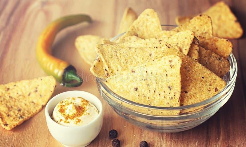 Microplaquetas de milho no frasco Petisco tradicional para nachos do mexicano da cerveja imagem de stock