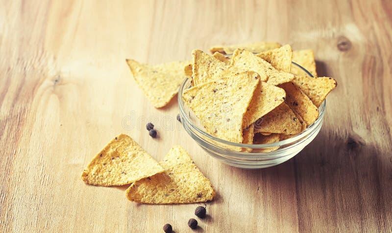 Microplaquetas de milho no frasco Petisco tradicional para nachos do mexicano da cerveja fotografia de stock royalty free