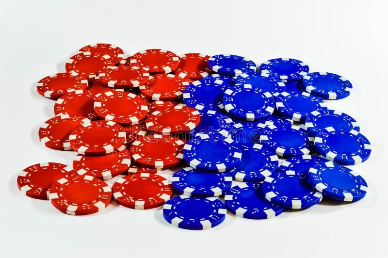Microplaquetas de pôquer azuis vermelhas fotografia de stock