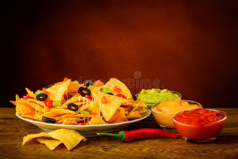 Microplaquetas de tortilha com mergulho fotos de stock