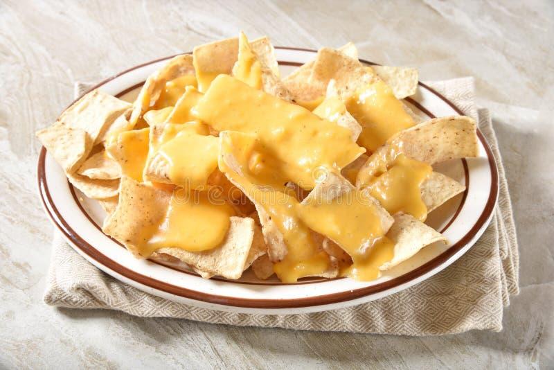 Microplaquetas de tortilha com molho de queijo foto de stock