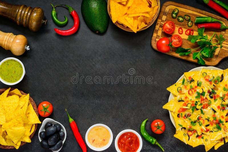 Microplaquetas de tortilha no quadro do espaço da cópia fotos de stock