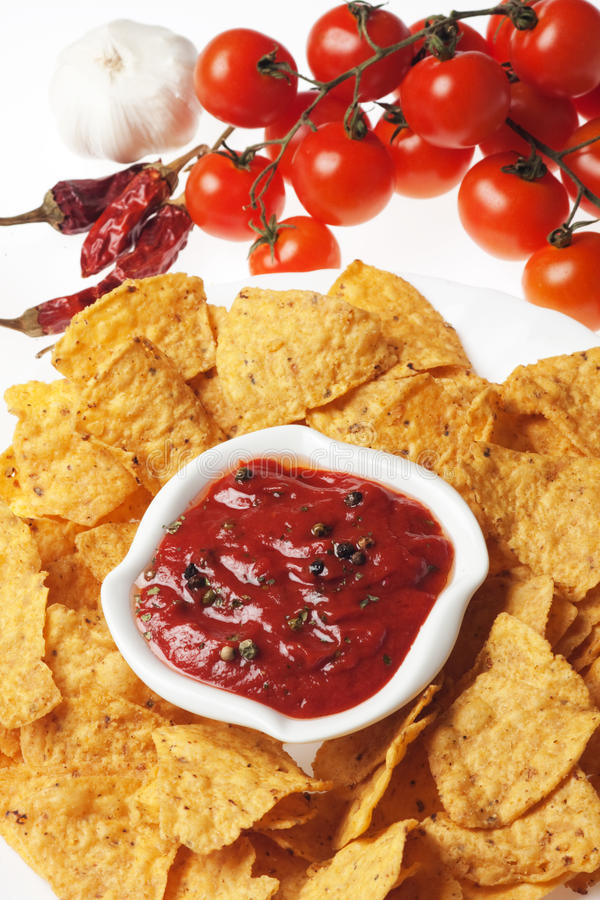 Microplaquetas de Tortilla com mergulho quente da salsa fotografia de stock royalty free