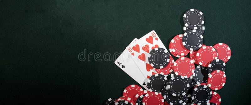 Microplaquetas do casino e cartões do póquer imagens de stock